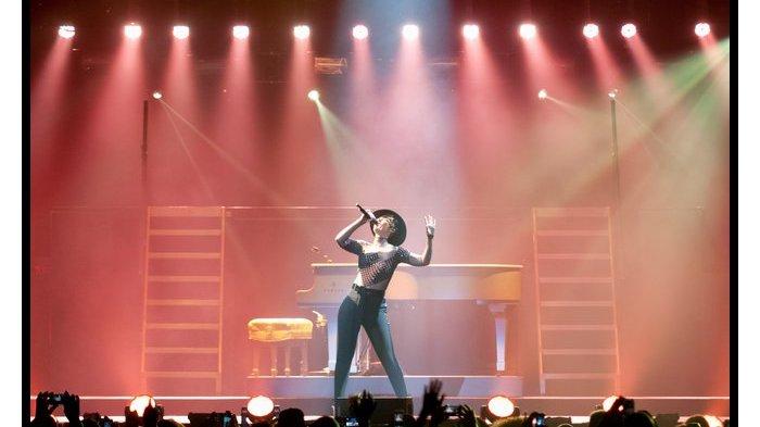 Alicia Keys by Steve Covault