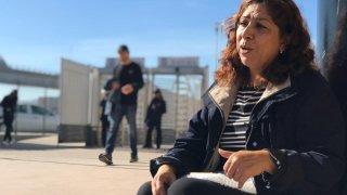 Rocio Rebollar Gomez se sientra frente a la frontera en Tijuana