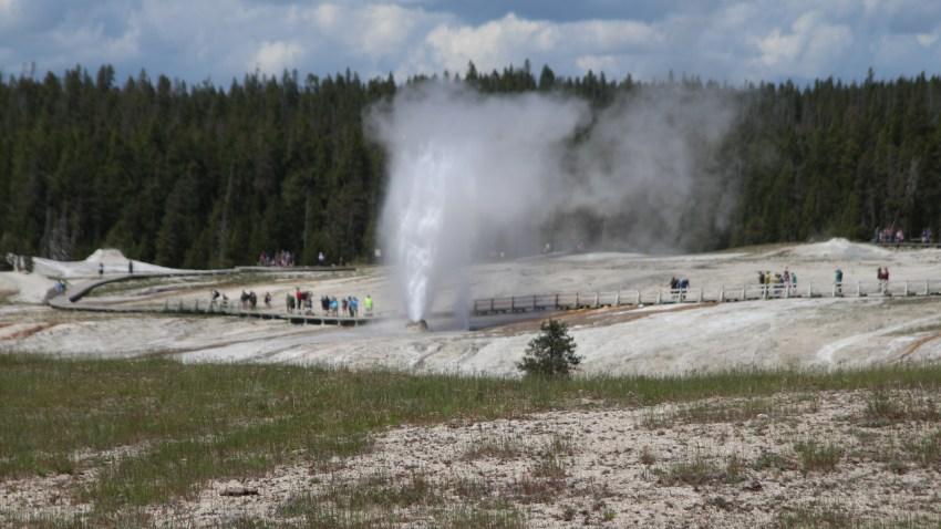 [UGCDGO-CJ-weather]Beehive Geyser Surprises Yellowstone Visitors