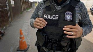 Agente de ICE en la frontera de Tijuana con San Diego