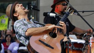 "Jason Mraz, left, performs with his band on the NBC ""Today"" television program in New York Friday, Aug. 7, 2009. (AP Photo/Richard Drew)"