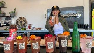 mujer ofrece cerveza preparada estilo michelada