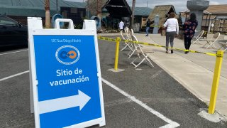 A sign in Spanish directs San Diegans where they can get a COVID-19 vaccine.