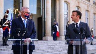 French President Emmanuel Macron (R) and Australia's Prime Minister Scott Morrison