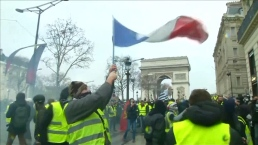 Protesters, Police Continue to Clash in Paris
