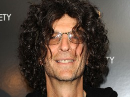 "Howard Stern Tweets During Broadcast of ""Private Parts"""