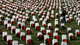 Volunteers Lay Over 250K Wreaths at Arlington Cemetery