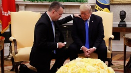 US Pastor Freed From Turkey Prays With Trump in Oval Office