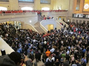 Hundreds Flood Apple's Grand Central Store