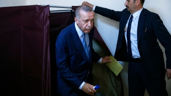 Polls Close in Turkey, Erdogan Leads Early Partial Results