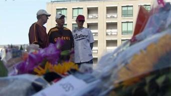 Fans Mourn Tony Gwynn, Flock to Statue