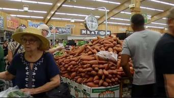 Last Minute Shoppers Flock to Grocery Stores