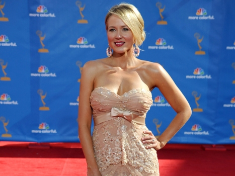 Jewel Performs Touching Tribute at Emmys
