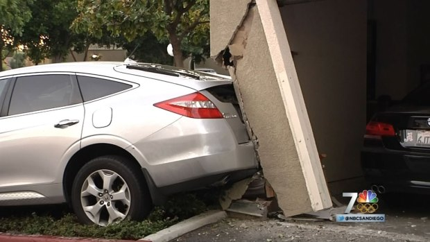 [DGO] Car Crashes into Apt Complex