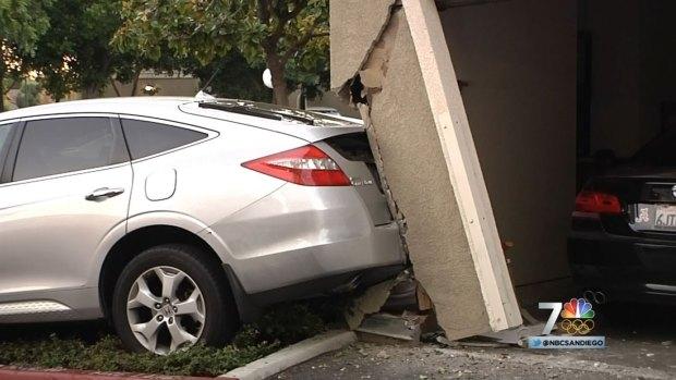 [DGO] Car Crashes into Apt Complex