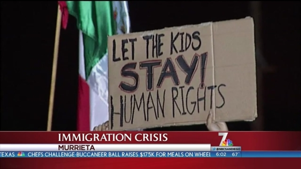 [DGO] Protesters, Supporters Await Immigrants in Murrieta