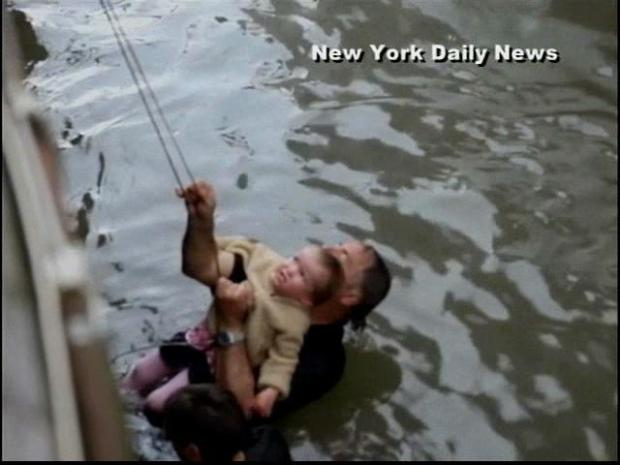 [DGO] Dad Saves Tot Who Jumped in East River