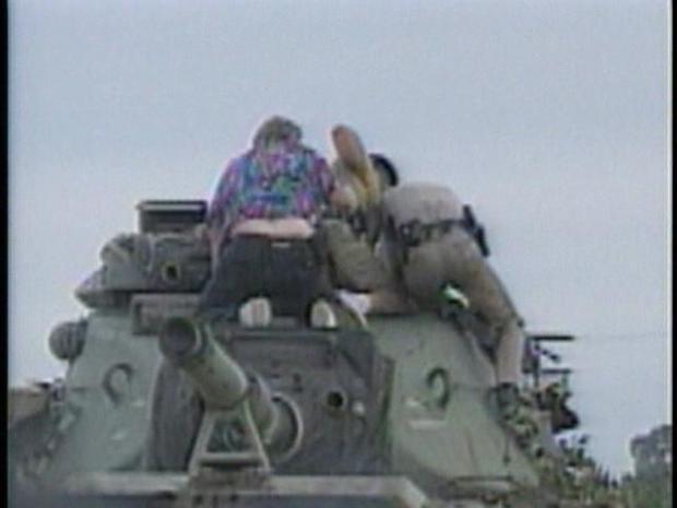 [DGO]Raw Video: Ex-Soldier Steals Tank (1995)