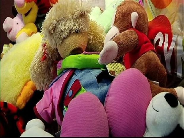 [DGO] Former Orphan Donates Toys