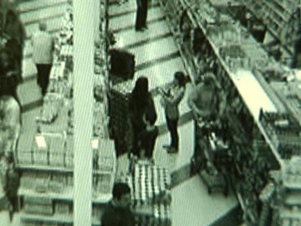 [DGO] Man Grabs Child Inside Store