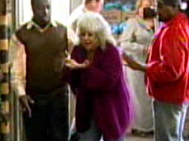 [NEWSC] Caught on Video: Chef Paula Deen Whacked by Ham