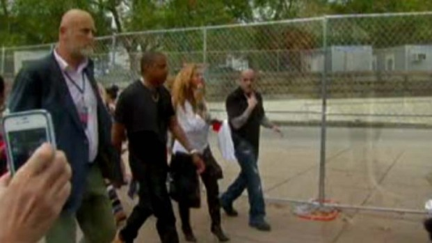 [PHI] Fans Get a Glimpse of Beyonce and Jay-Z at Made in America