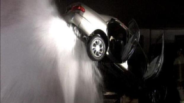 [DGO] Broken Hydrant Lifts Car 10 Feet in the Air