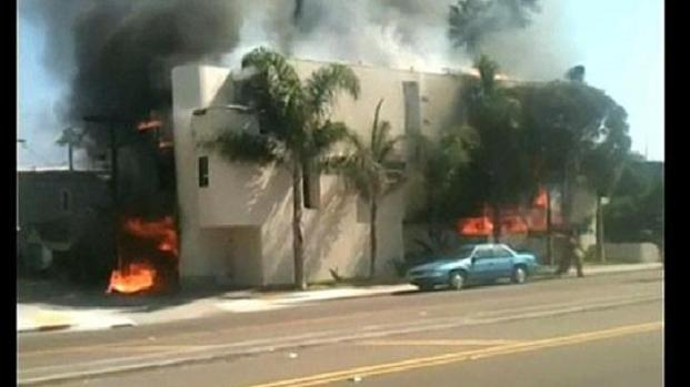 [DGO] Fire Burns Building in Mission Beach