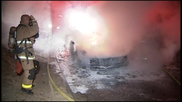 [DGO]Good Samaritan Risks Safety During Car Fire