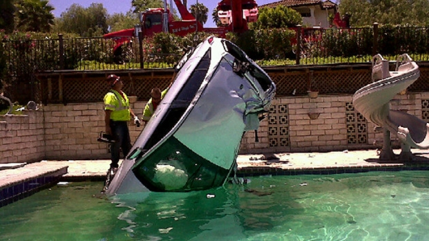 [DGO] Woman in Critical Condition After Driving into Pool