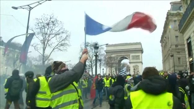 Protesters, Police Continue to Clash in Paris