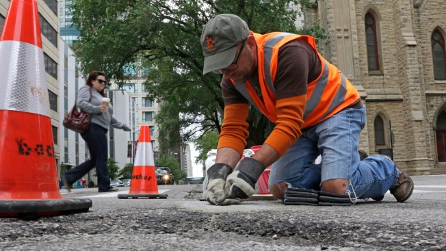 [NATL-CHI] Chicago Man Fills Potholes With Art