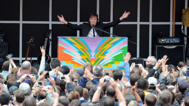 Paul McCartney Gives Impromptu Concert in Times Square