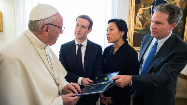 Pope Francis Chats With Facebook CEO Zuckerberg in Vatican
