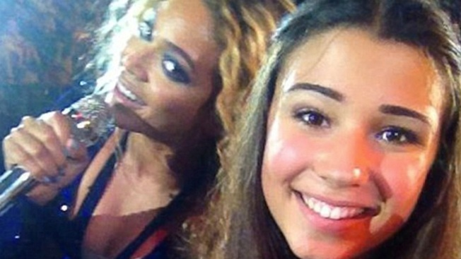 "Beyonce ""Photobombs"" a Fan Mid-Concert"