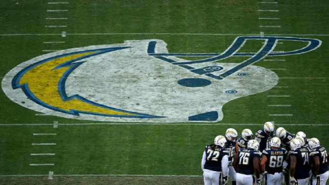 Oakland Raiders hear from San Diego as Las Vegas deal crumbles