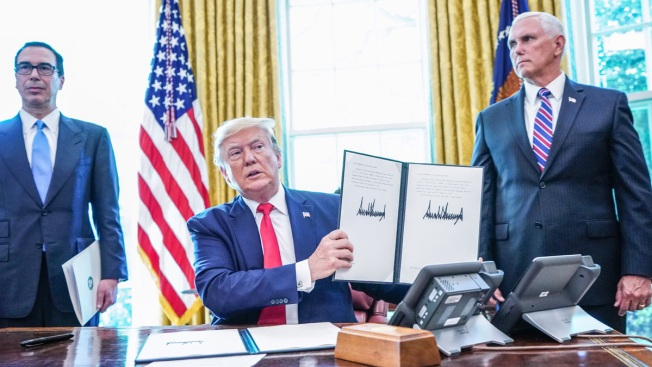 [NATL] Top News Photos: President Trump Signs 'Hard-Hitting' Iran Sanctions, and More