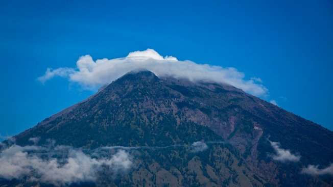 Fearing Imminent Eruption of Bali Volcano, Thousands Flee as Tremors Intensify