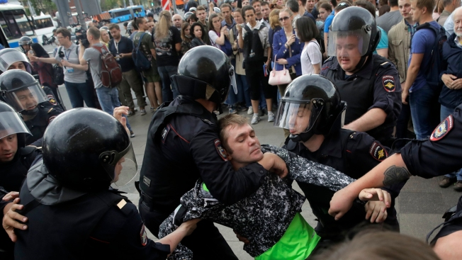 Nearly 1000 held as Navalny supporters protest across Russia