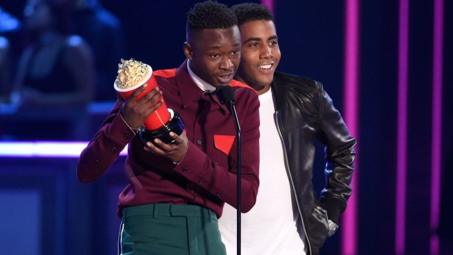 'Moonlight' Stars Ashton Sanders and Jharrel Jerome Win Best Kiss at MTV Movie & TV Awards, Dedicate Honor to 'the Misfits'