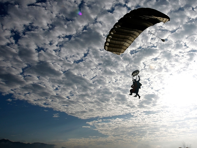 Pilot Wasn't Distracted by Skydiving Sex Stunt: FAA