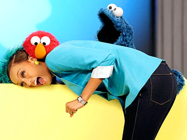 Cookie Monster Grabs Tyra Banks' Booty