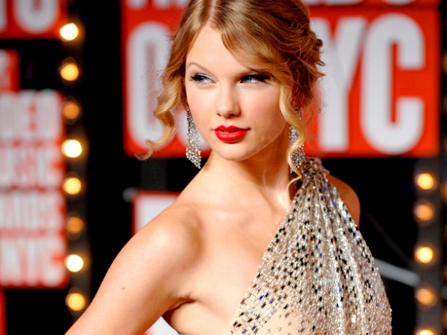 Taylor Swift Named Entertainer of the Year