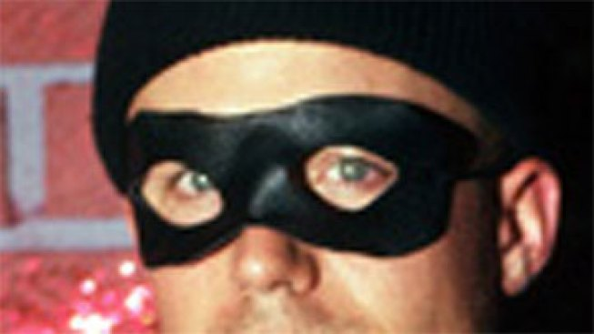Man Poses as City Worker Robs Elderly Woman
