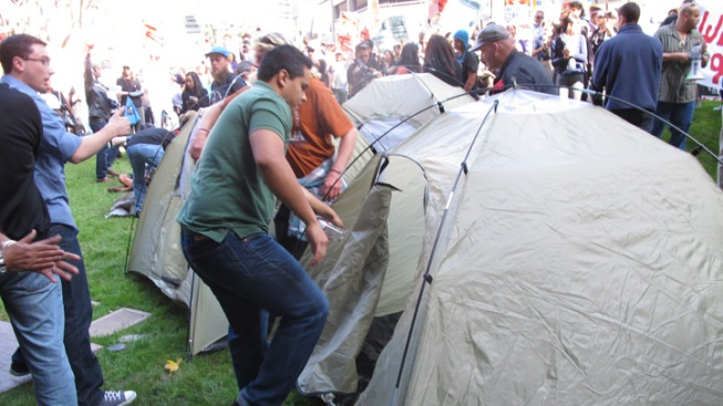 Janitors, Activists Set up Tents at Federal Building