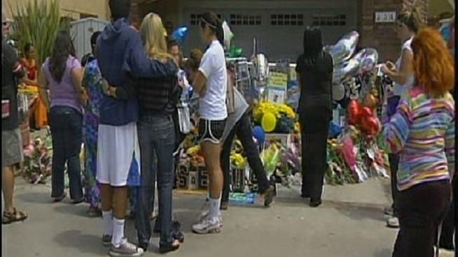 Junior Seau's ex-wife and children visit the memorial outside the home of the former San Diego Charger for the first time since his death on May 2, 2012. NBC 7's Rory Devine reports.