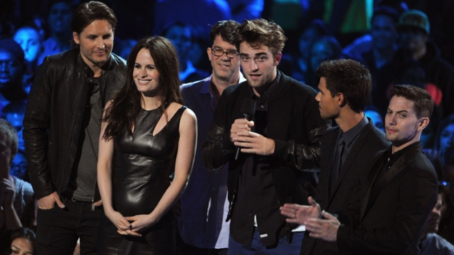 Robert Pattinson Hits the Stage at MTV Video Music Awards
