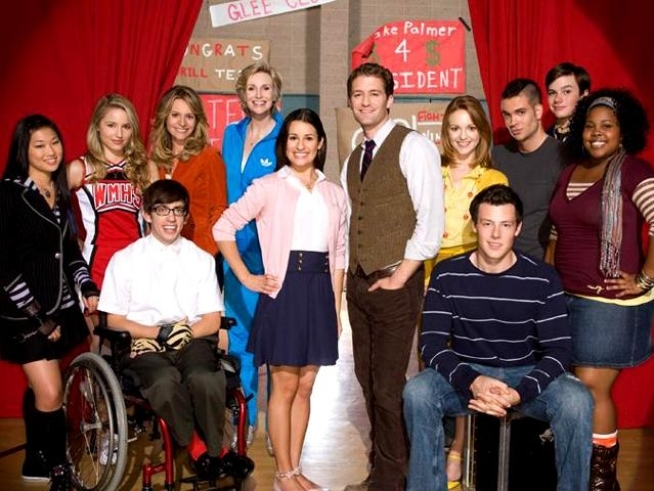 """Glee"" Gets Picked Up for Second Season"