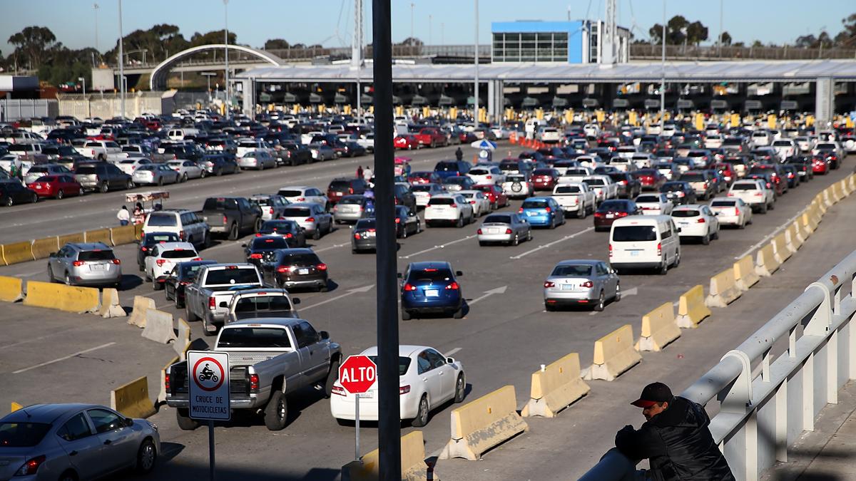El cruce fronterizo en San Ysidro, visto desde el lado mexicano. Dos personas perdieron la vida el domingo, huyendo desde el interior de una furgoneta que atravesó a toda velocidad el puesto de control.